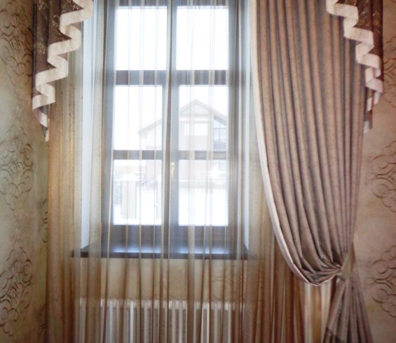 Шторы с вышивкой и  фигурным ламбрекеном в холл