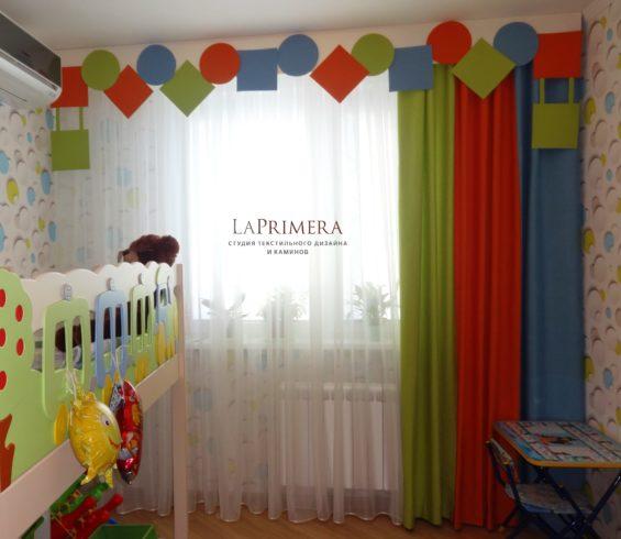Шторы в детскую комнату с забавным ламбрекеном  в виде геометрических фигур