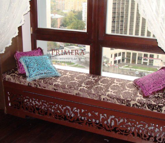 Уютное место у окна на подушках идея от ведущего дизайнера