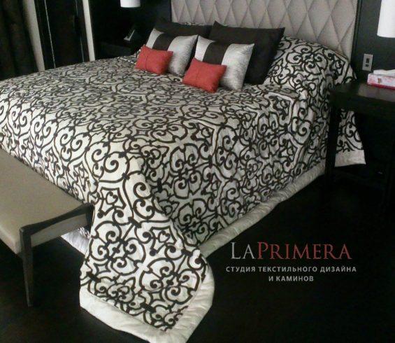 покрывало и подушки выполнены  из тканей фабрики Dedar,изголовье ручной работы из ткани Henry Bertrand