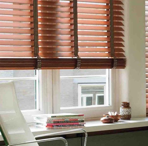 Деревянные горизонтальные жалюзи 50 мм с декоративной лентой