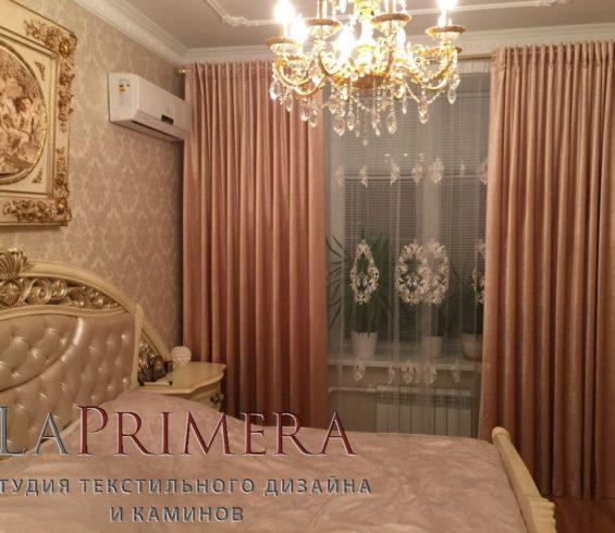 Бархатные портьеры в спальню в сочетании с нежным французским кружевом