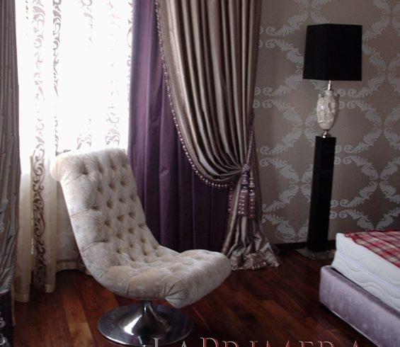 Бархатная мебель отлично сочетается с тафтой и атлассом на портьерах .Спальня ул.Стасовой